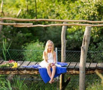 dziewczynka na mostku