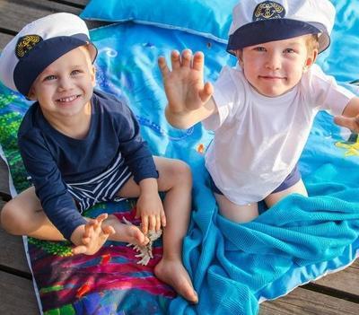 dzieci w czapkach marynarzy
